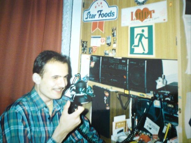 Na początku lat 90 tych przy mikrofonie... Wtedy na 19stce mało kto sie pojawiał.. a czterdziestka była pełna rozmów.. ech dawne czasy....
