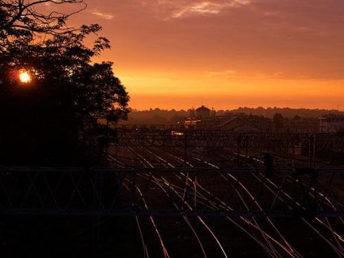 #tory #WschódSłońca #OdbijaćSię #kolory #stacja #transport