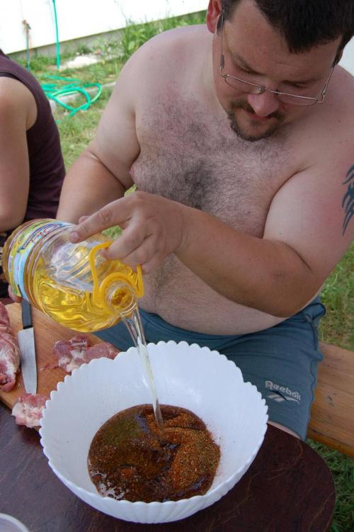 Michu przygotowuje bejcę do mięska na wieczornego grilla.