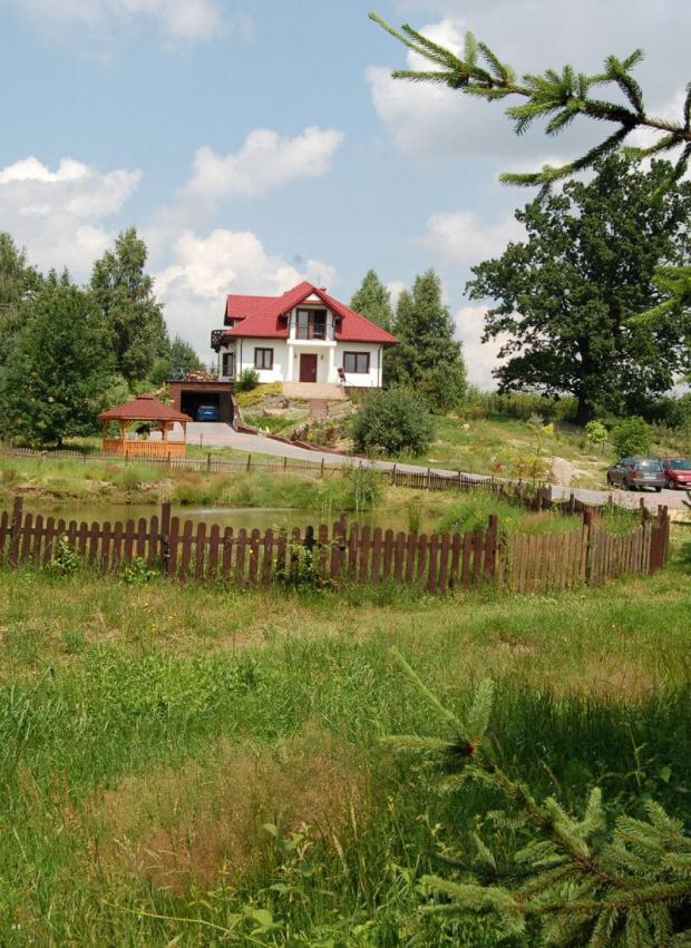 Dwa domy gospodarzy położone nad stawem w pięknym terenie.