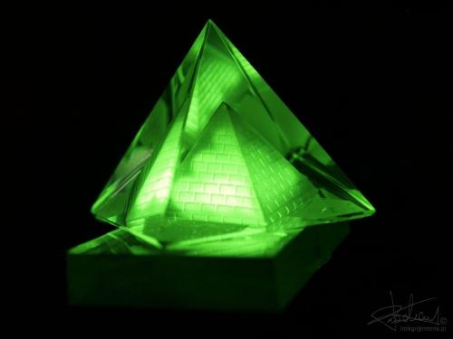 Szklana piramida [Olympus E-410, Zuiko Digital 14-42] #piramida #szklana #światło