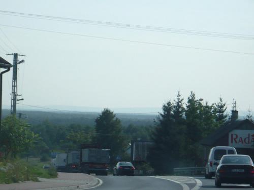 Pasmo Oblęgorskie Gór Świętokrzyskich widziane z drogi 74 w ok. m. Żarnów w Łódzkiem #Żarnów #GóraSielecka #PasmoOblęgorskie #GóraSiniewska #GóryŚwiętokrzyskie #Grębenice #widok #droga #panorama