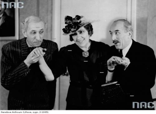 """Aktorzy Stanisław Jaworski, Maria Mirska i Juliusz Łuszczewski w sztuce """" Łatwiej przejść wielbłądowi """" w Teatrze Komedia w Warszawie_05.1942 r."""