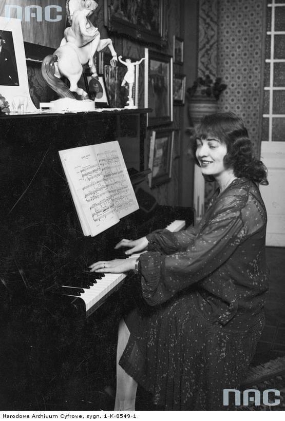 Maria Malicka, aktorka. Zdjęcie wykonano w mieszkaniu artystki ( siedzi przy pianinie ). Warszawa_1927 r.