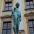 On patrzy na mnie z góry...:) #Wrocław #mężczyzna #pomnik #zielony #achhh