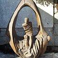 Rzeźba przedstawiająca wskrzeszenie Łazarza, wykonana w 1994 r. z jednego pnia dębowego przez Ryszarda Zająca.Świątynia Wang w Karpaczu. #Karpacz #ŚwiątyniaWang #kościół #Karkonosze #góry #rzeźba #Łazarz