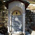 Marmurowe epitafium hrabiny Fryderyki von Reden z Bukowca obok świątyni Wang w Karpaczu. #Karpacz #ŚwiątyniaWang #kościół #Karkonosze #góry #epitafium #HrabinaFryderykaVonReden