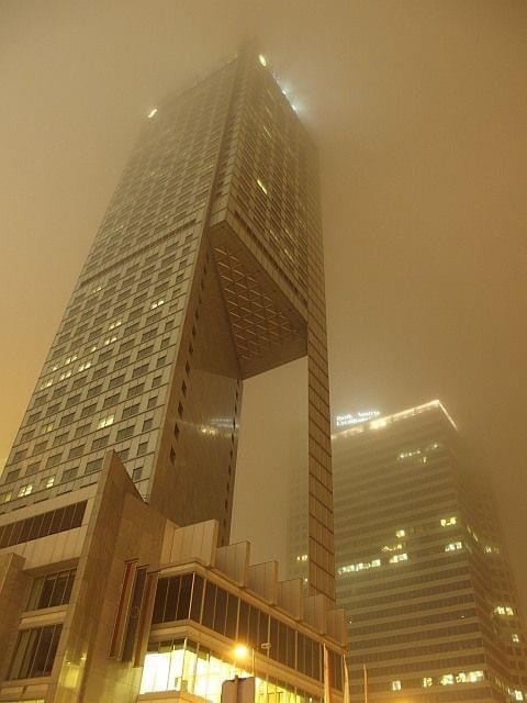 Warszawa we mgle #Warszawa #Wola #Centrum #wieżowiec #mgła #architektura #tramwaj #zabytkowa #stara #cegła #noc #lampy #olympus