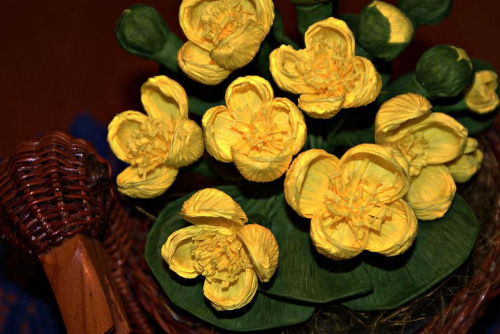 Kaczeńce #bibuła #dekoracje #hobby #KompozycjeKwiatowe #krepina #KwiatyZBibuły #MojePrace #pomysły #RobótkiRęczne